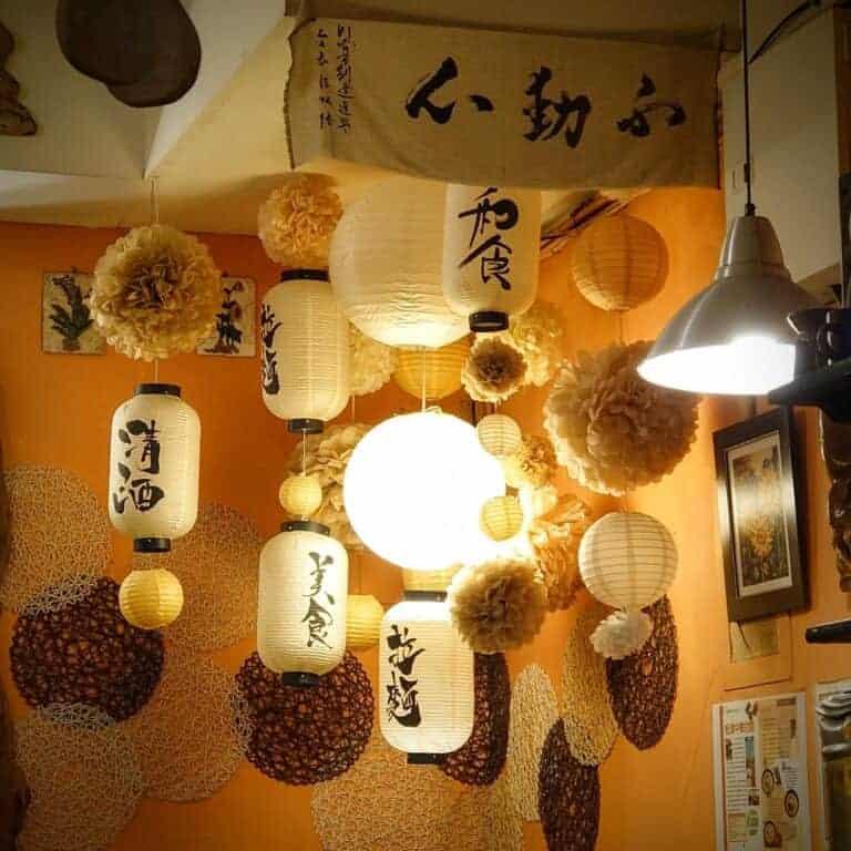 牆壁粉刷、牆上掛飾與天花板吊飾 - 松津中華拉麵。
